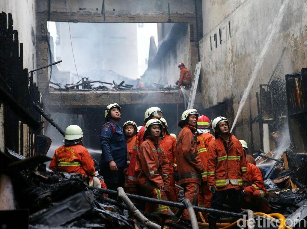 Perjuangan Petugas Damkar Padamkan Api di Pasar Baru