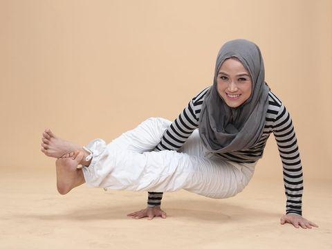 Tips Pilih Hijab untuk Yoga ala Lisa Namuri