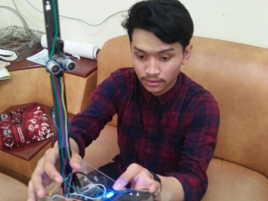 Dari Surabaya, Inovasi Tongkat Ultrasonik untuk Tuna Netra