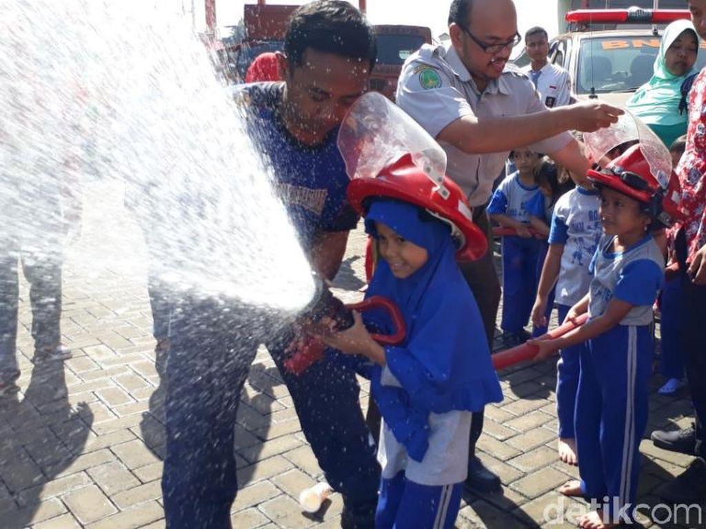 Kehebohan Anak-anak PAUD Jadi Petugas Pemadam Kebakaran