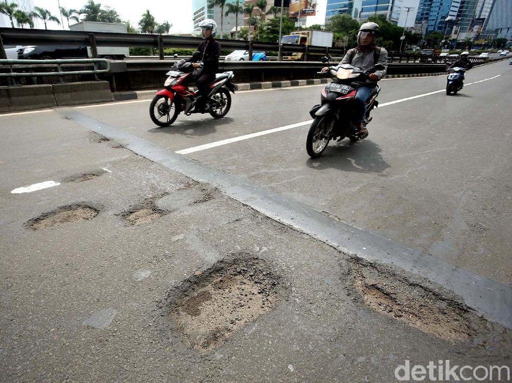 Duh, Banyak Jalan Berlubang di Jalan Gatot Subroto