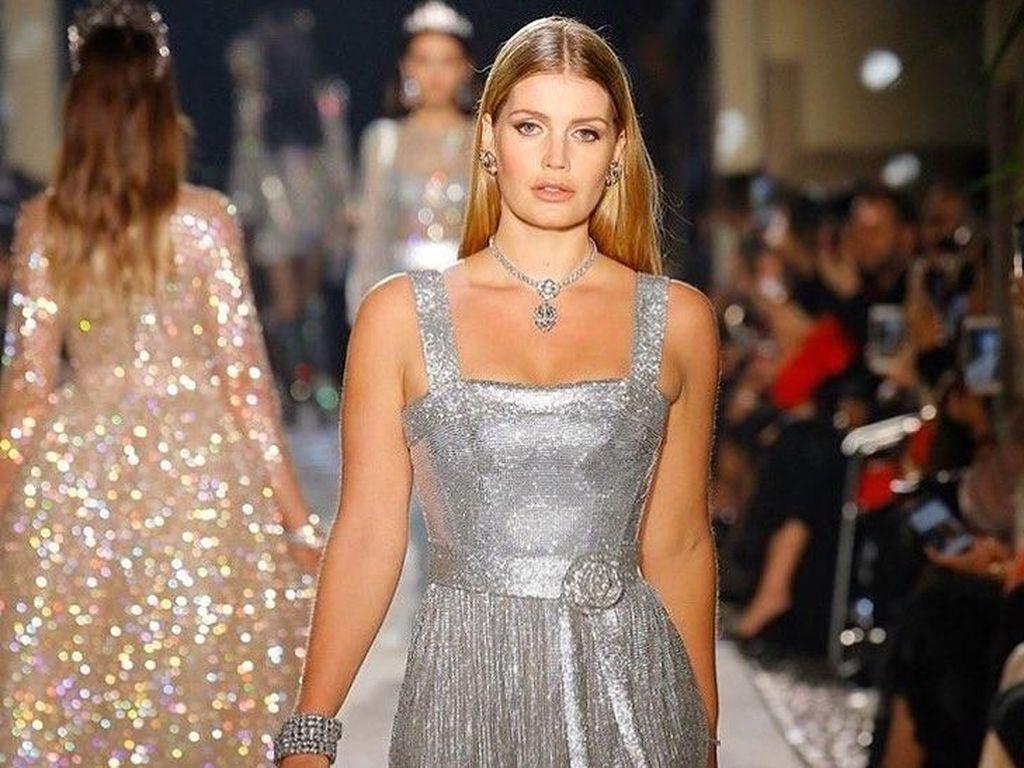 Keponakan Putri Diana Cantik Berbalut Gaun Silver di Show Dolce & Gabbana