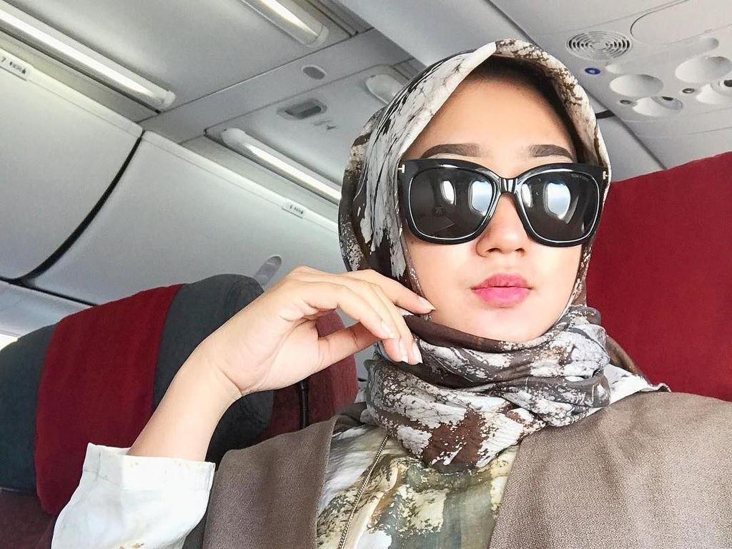 Selalu Modis, Ini 12 Gaya Hijab Dian Pelangi di Dalam Pesawat