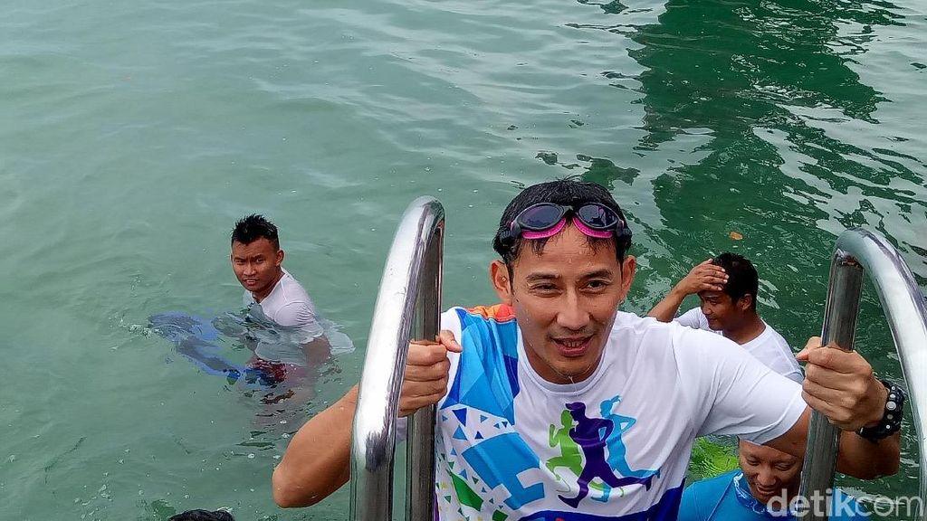 Aksi Sandiaga Terjun dari Jembatan Cinta dan Renang di Pulau Tidung