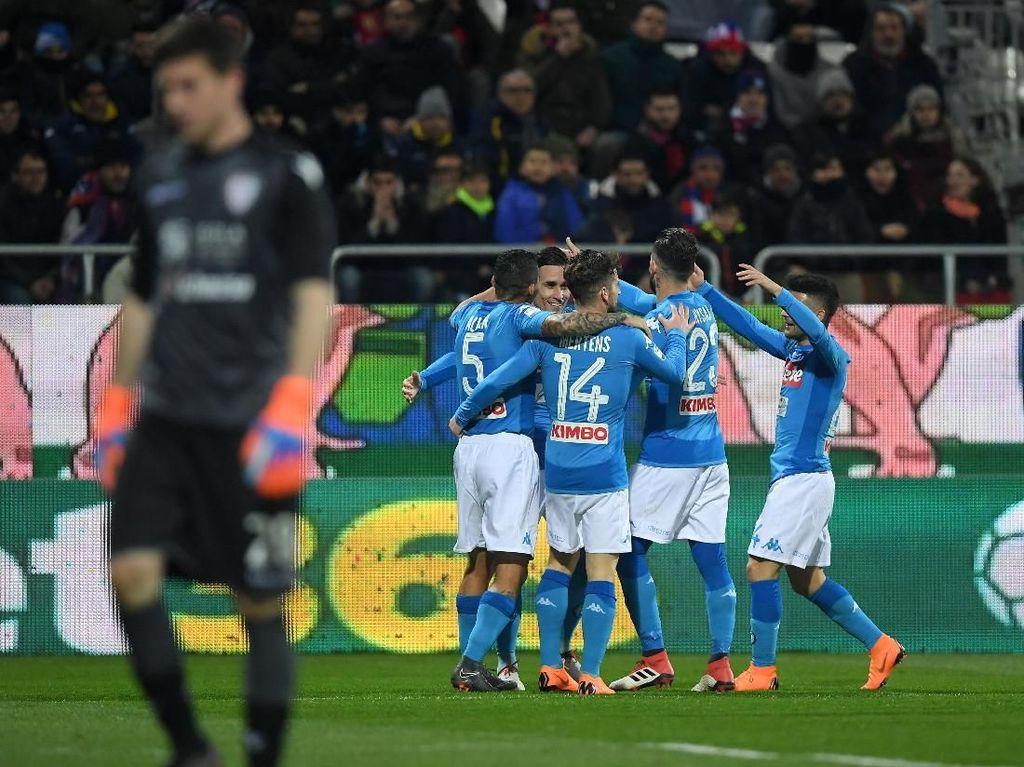 Hajar Cagliari 5-0, Napoli Jauhi Juventus