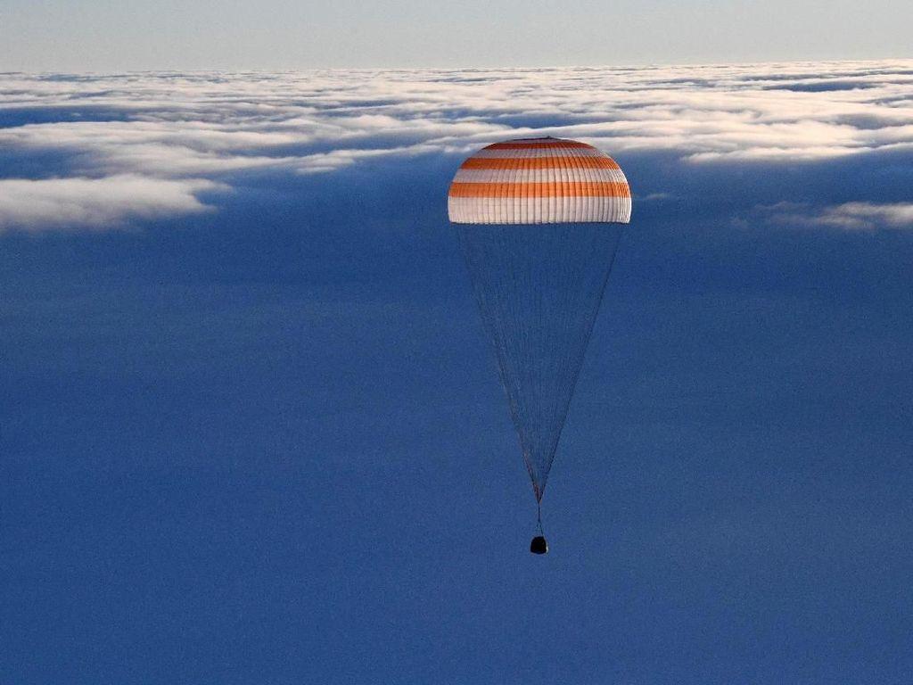 Foto: Detik-detik Pendaratan Soyuz MS-06 yang Bawa Pulang 3 Astronot