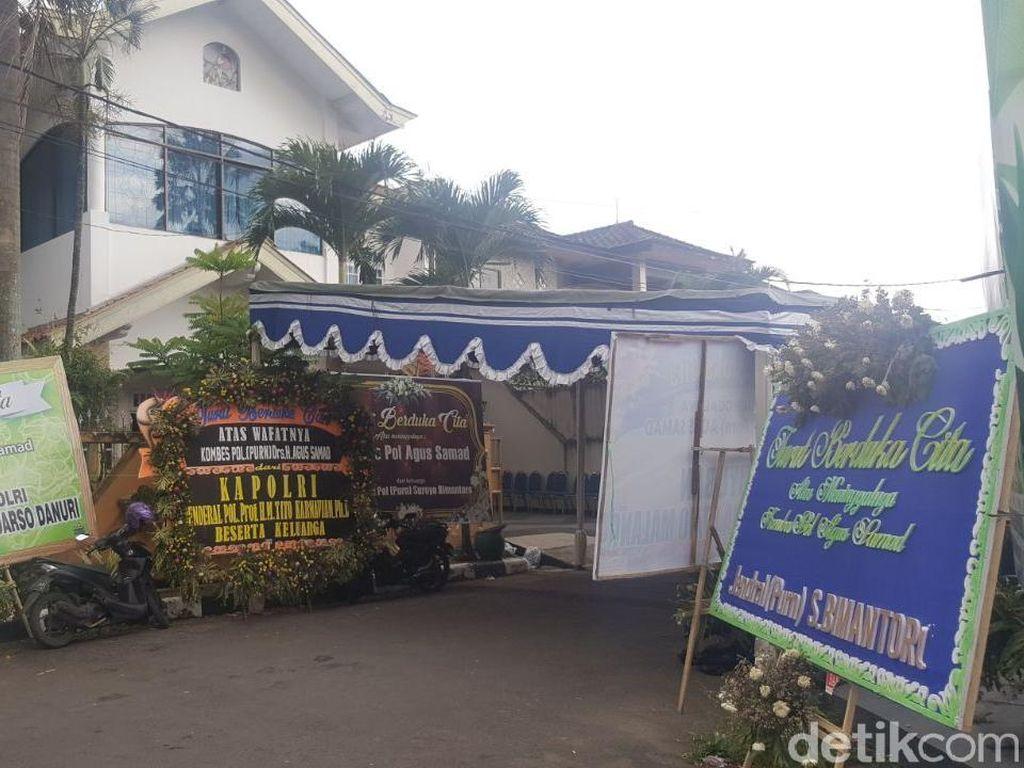 Deretan Karangan Bunga Ucapan Duka di Rumah Eks Wakapolda Sumut