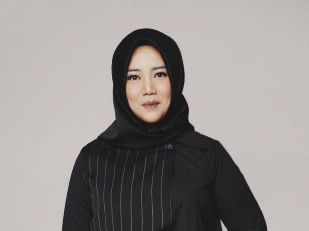 10 Gaya Hijab Risa Saraswati Penulis Danur yang Bikin Pangling