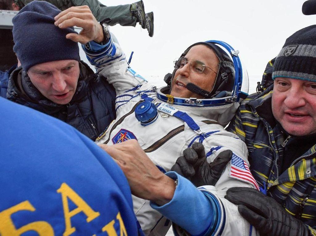 Foto: Ini 3 Astronot yang Mendarat Setelah 168 Hari di Luar Angkasa