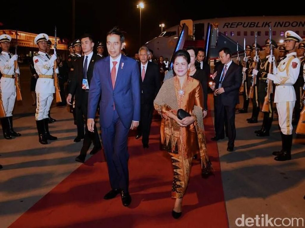 7 Momen Iriana Jokowi Pakai Tas Asli Indonesia