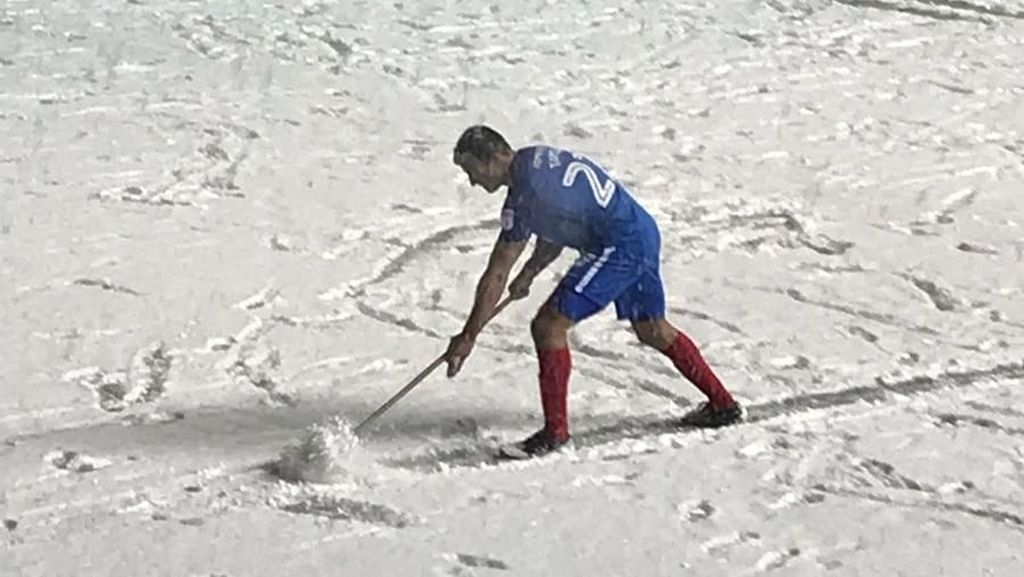Cuaca Buruk di Sepakbola: Pemain Kerja Bakti sampai Tertimpa Billboard
