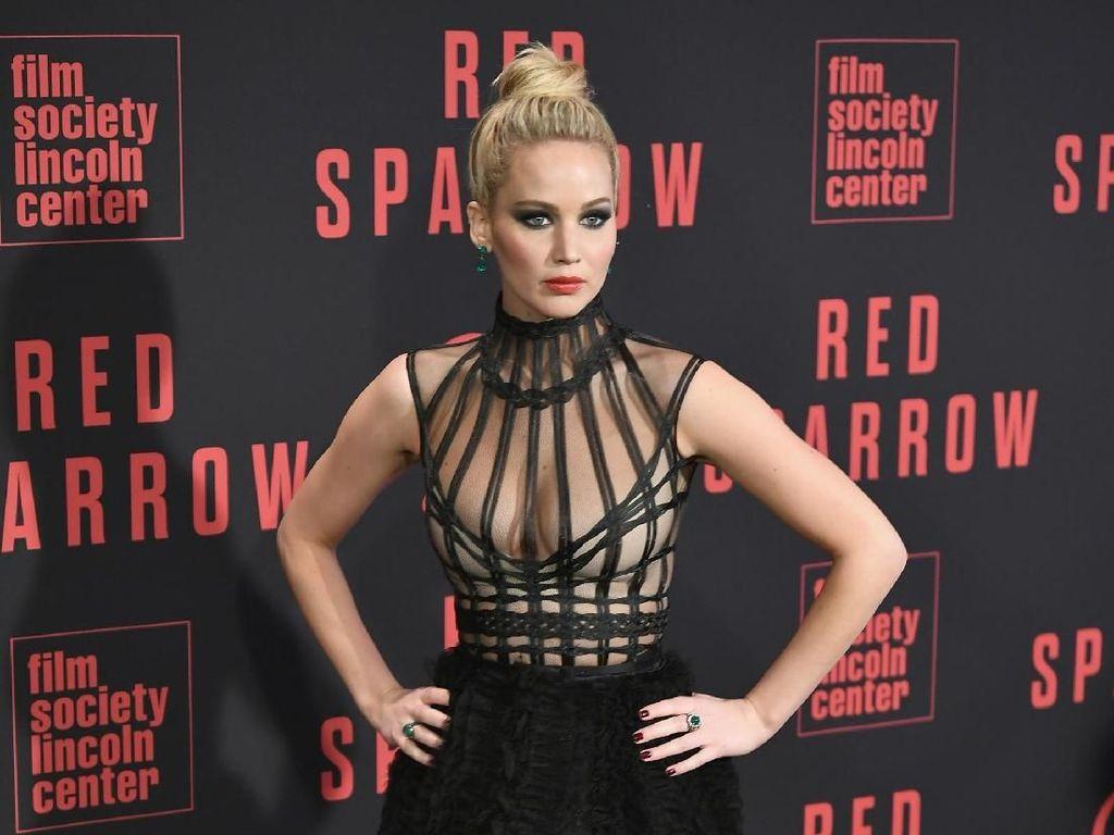 Deretan Gaya Jennifer Lawrence dengan Gaun Seksi Promosikan Film Red Sparrow