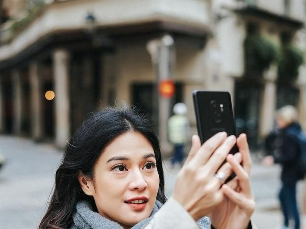 Kala Dian Sastro Berkencan dengan Galaxy S9+