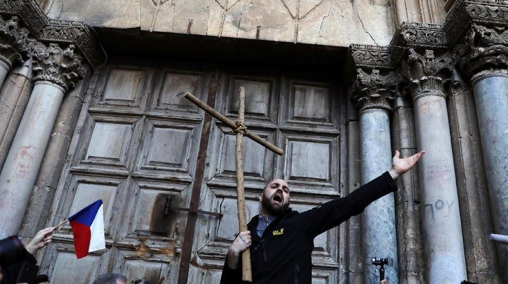 Foto: Aksi Protes di Gereja Makam Kudus yang Dibuka Kembali Hari Ini