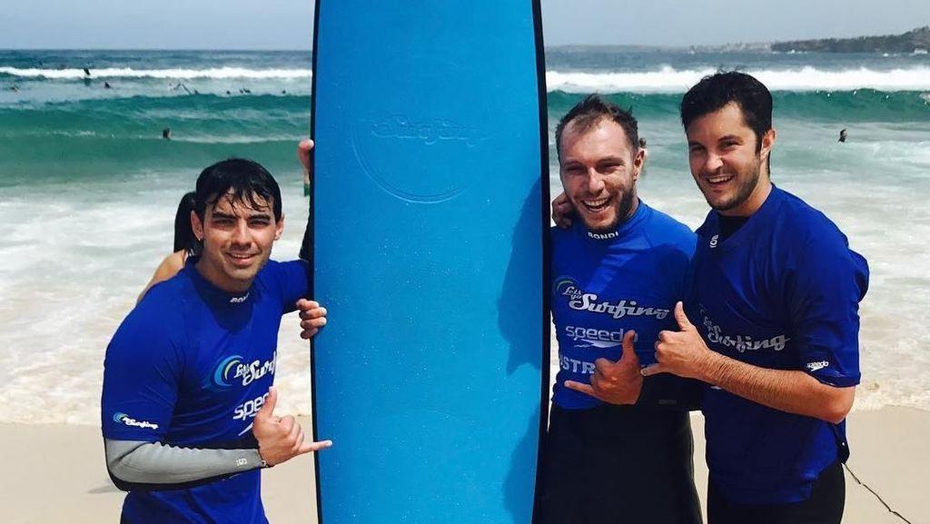 Foto: Joe & Nick Jonas Asyik Main di Pantai Bondi