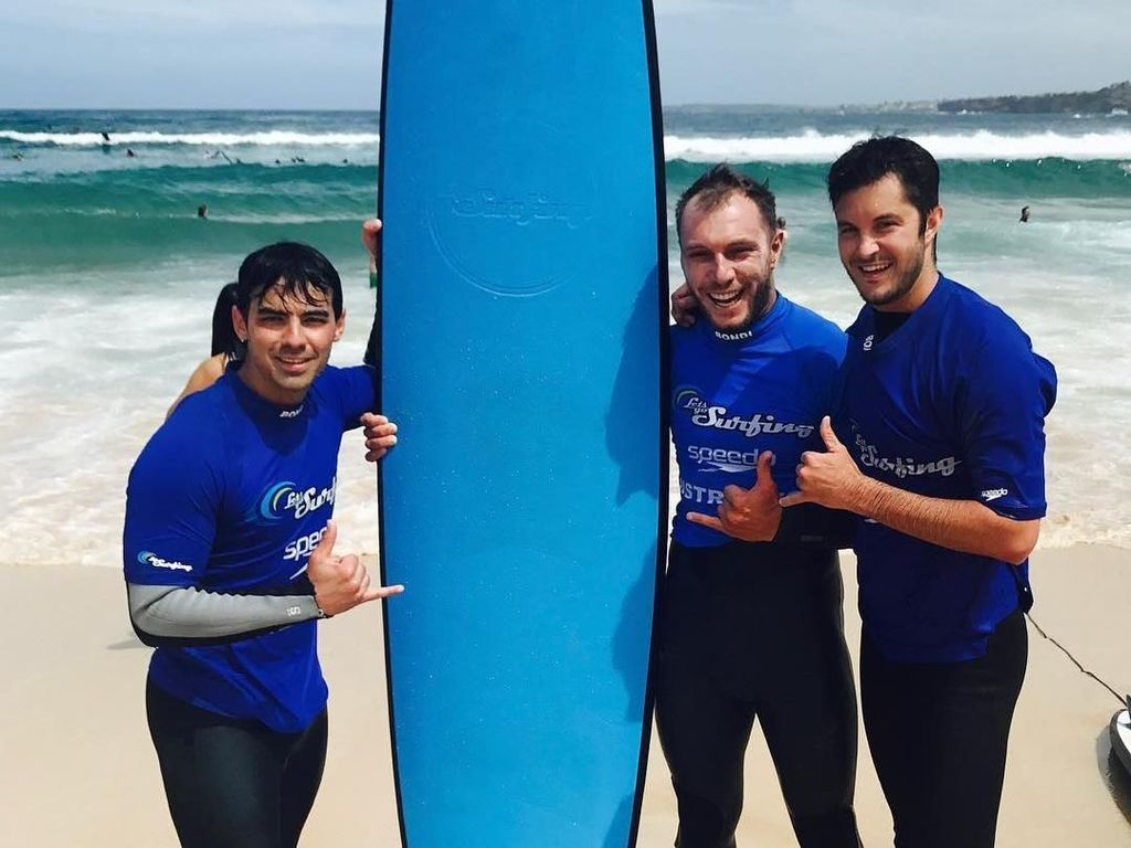 Serunya Si Ganteng Joe Jonas Surfing di Pantai Bondi, Sydney