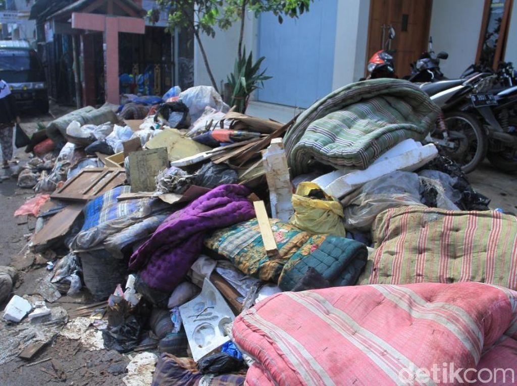 Tips Bersihkan Rumah Usai Banjir, Supaya Kasur dan Sofa Bisa Dipakai Lagi