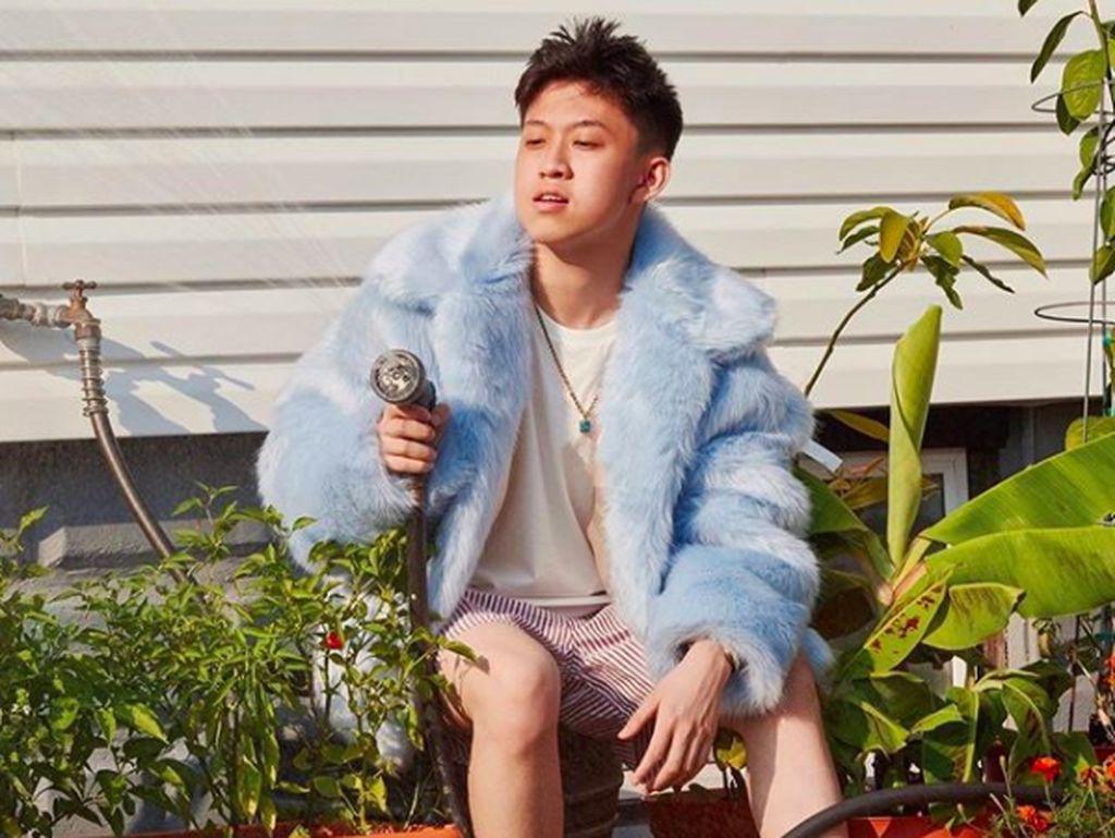 Tak Seperti Young Lex, Rich Brian Sportif Minta Maaf ke Fans K-Pop