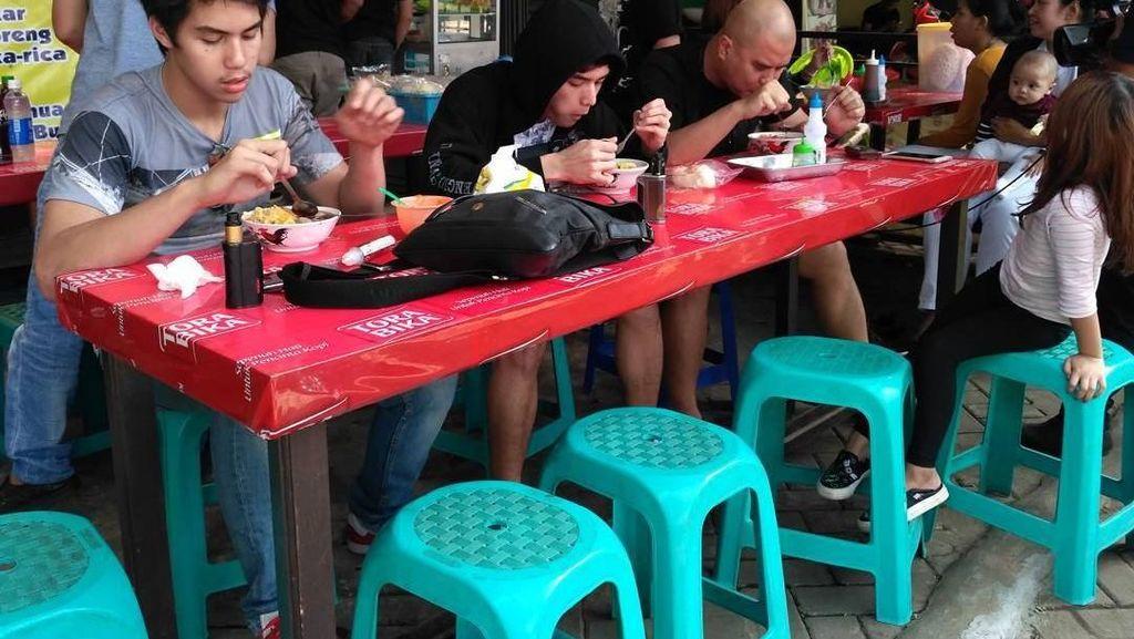 Ini Nih Gaya Ahmad Dhani Saat Makan di Warteg hingga Cicip Ketoprak!