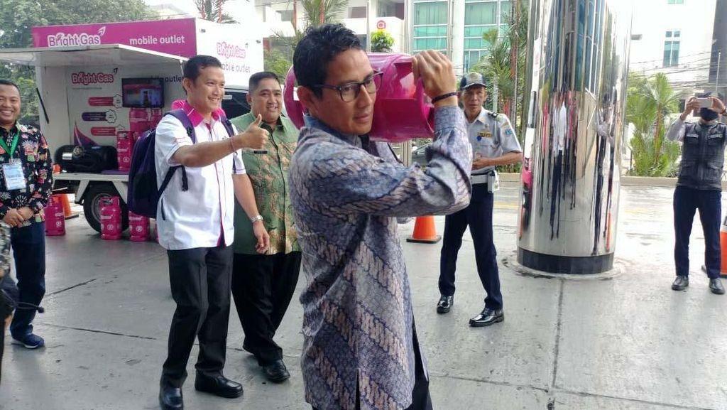 Pakai Batik, Sandi Angkat Tabung Gas