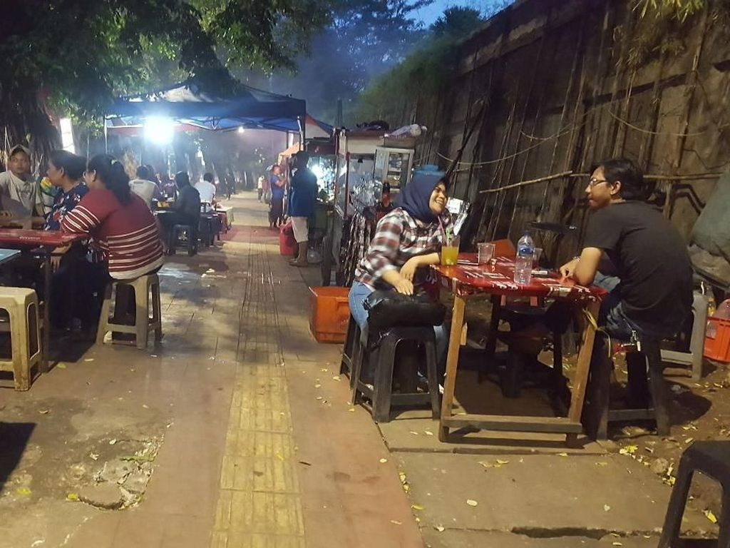 Potret PKL di Trotoar Senayan yang Dikritik Anggota DPRD DKI