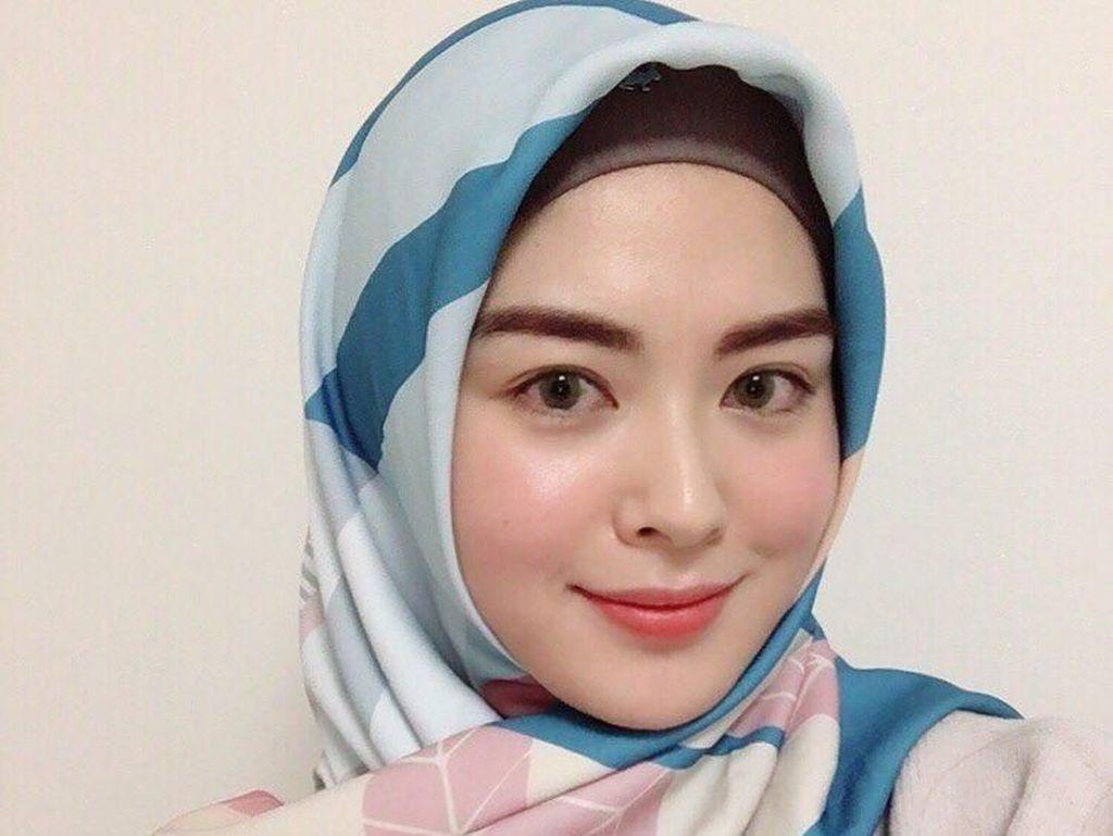 10 Inspirasi Gaya Hijab Segi Empat ala Hijabers Korea Ayana Moon