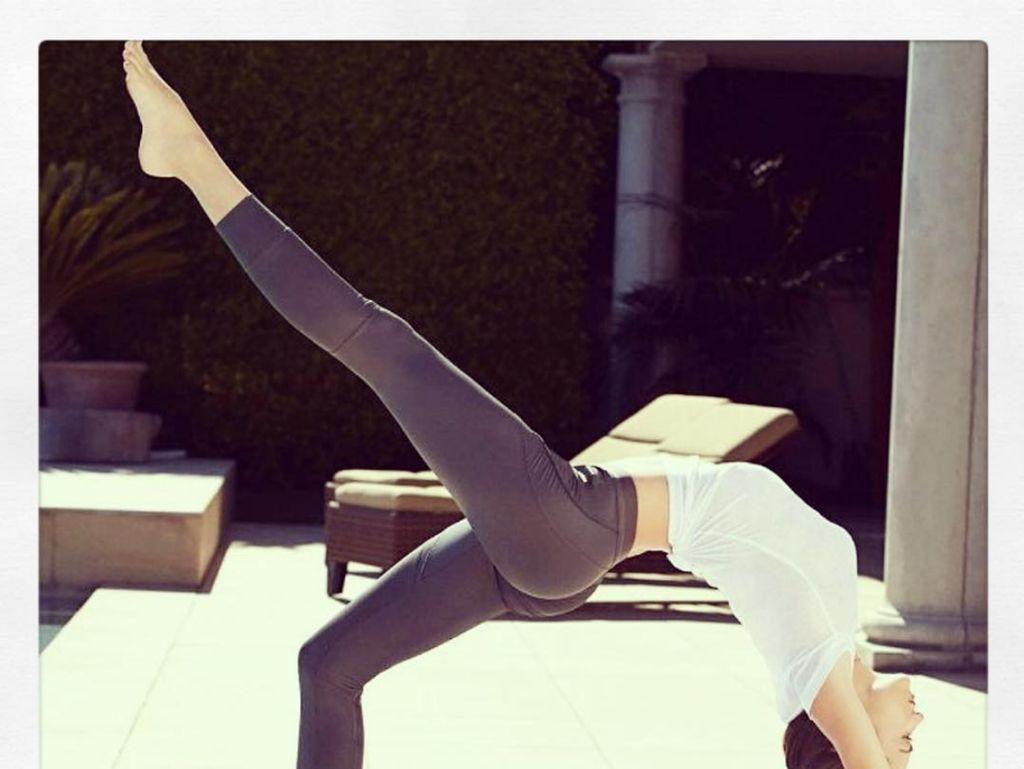 Foto: Hidup Sehat, Miranda Kerr Tetap Olahraga di Mana Pun!