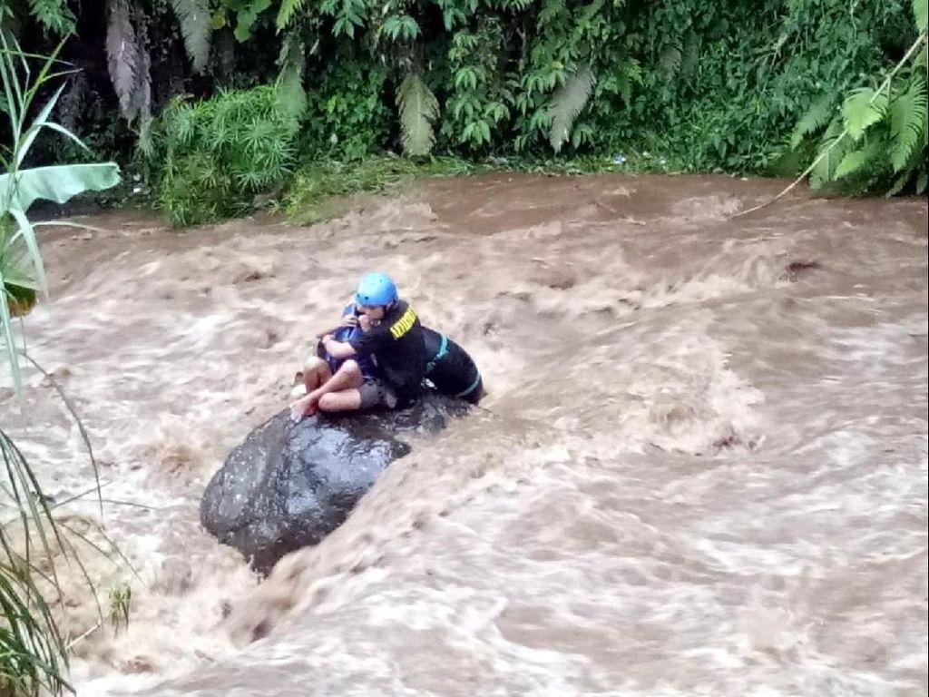 Kepanikan Ebah Saat Anaknya Terseret Air Bah Sungai Cigunung