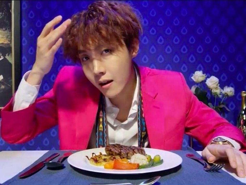 9 Bukti Kalau J-Hope BTS Suka Kulineran Bersama Sahabat