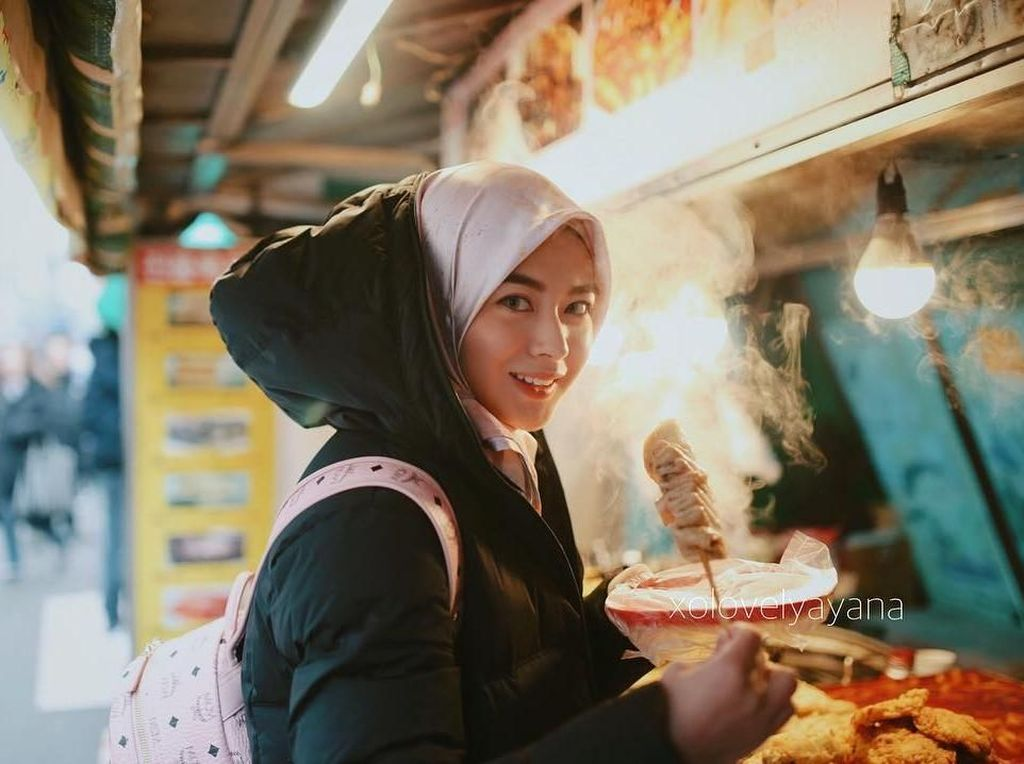 Intip Pose Cantik Hijabers Korea, Ayana Jihye Moon Bersama Makanan