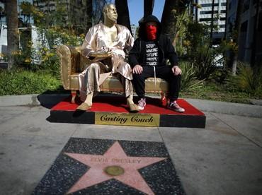 Namun ada sebuah patung yang menarik perhatian, yakni patung Harvey Weinstein di dekat Dolby Theatre. REUTERS/Lucy Nicholson.