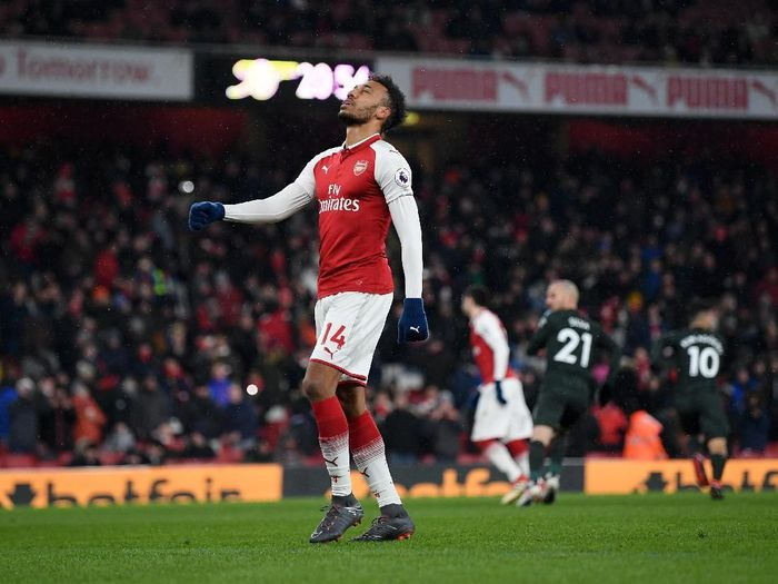 LONDON, ENGLAND - MARCH 01:  Pierre-Emerick Aubameyang of Arsenal reacts after having penalty saved by Ederson of Manchester City during the Premier League match between Arsenal and Manchester City at Emirates Stadium on March 1, 2018 in London, England.  (Photo by Shaun Botterill/Getty Images)