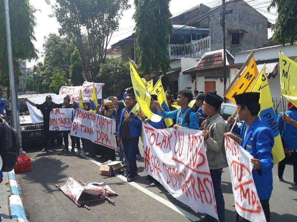 Tolak UU MD3, Mahasiswa Kota Madiun Usung Keranda Jenazah ke DPRD