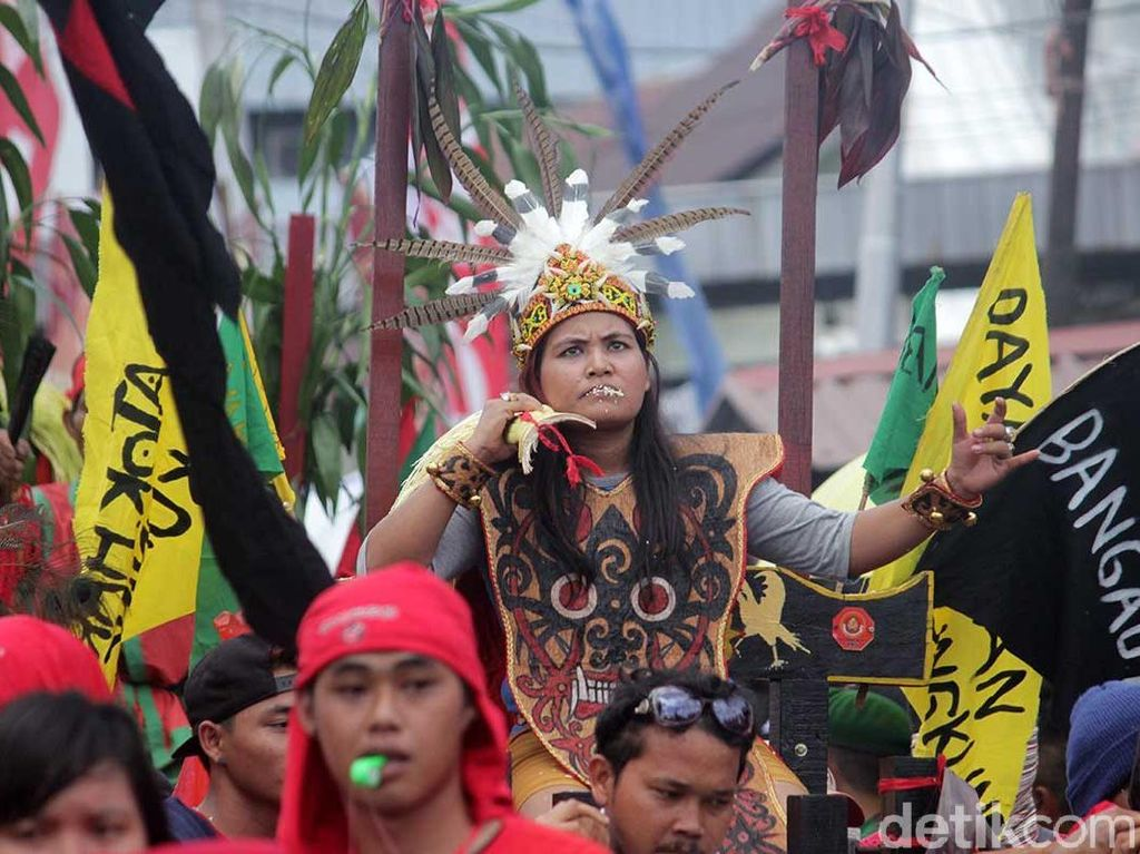 Foto: Aksi Ekstrem Tatung Wanita di Cap Go Meh Singkawang