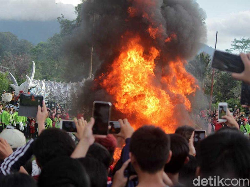 Ritual Bakar Naga Tutup Pawai Cap Go Meh di Singkawang
