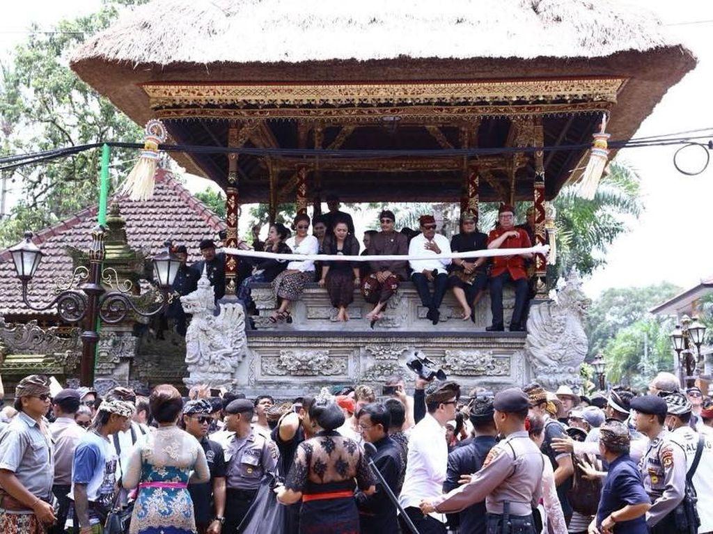 Megawati dan Menteri-menteri Jokowi Saksikan Ngaben Terbesar di Bali