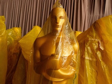 Patung berwarna emas, ikon anugrah film terbesar di dunia itu juga sudah siap dipasang. Christopher Polk/Getty Images.
