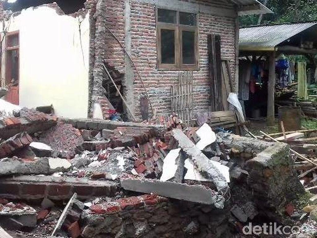 Jalan dan Puluhan Rumah di Brebes Rusak Akibat Tanah Ambles