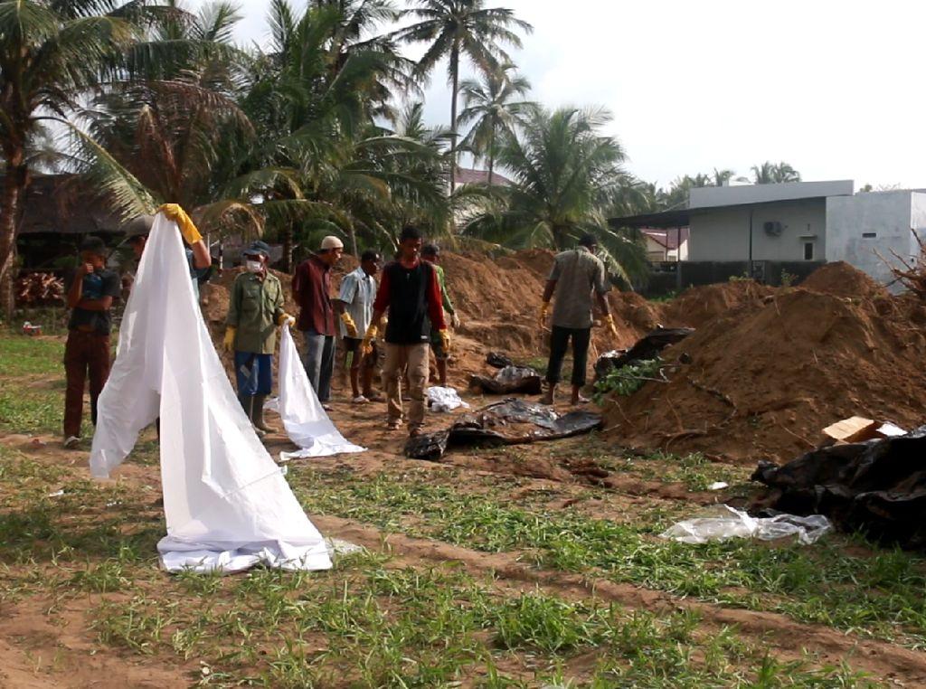 Puluhan Jenazah Korban Tsunami Aceh Dipindah ke Makam Baru