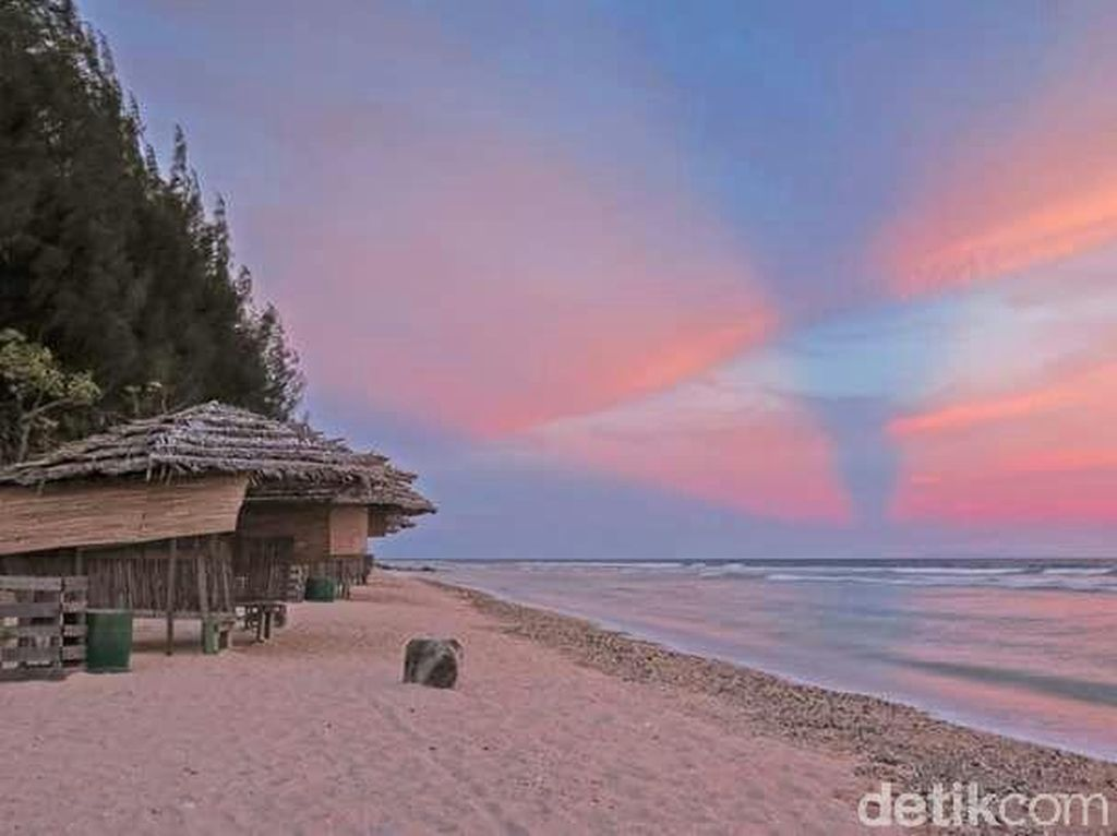 Pantai di Pulau Buru yang Bikin Jatuh Cinta