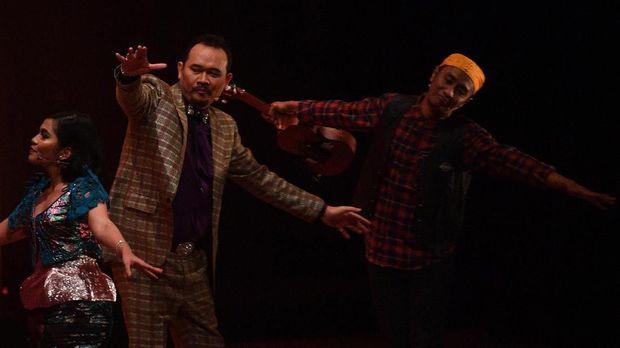 Cak Lontong menjadi Ucok, pemeran utama dalam 'Preman Parlente.'