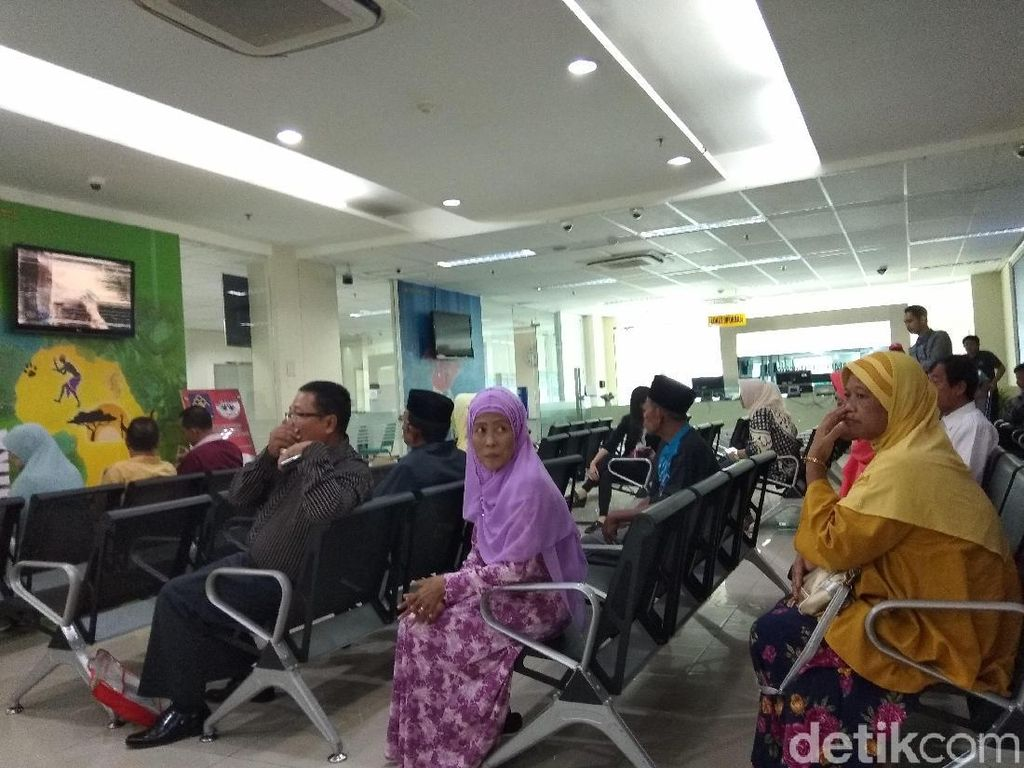 Ratusan Calon Jemaah Datangi Imigrasi Jaksel Buat Paspor Haji