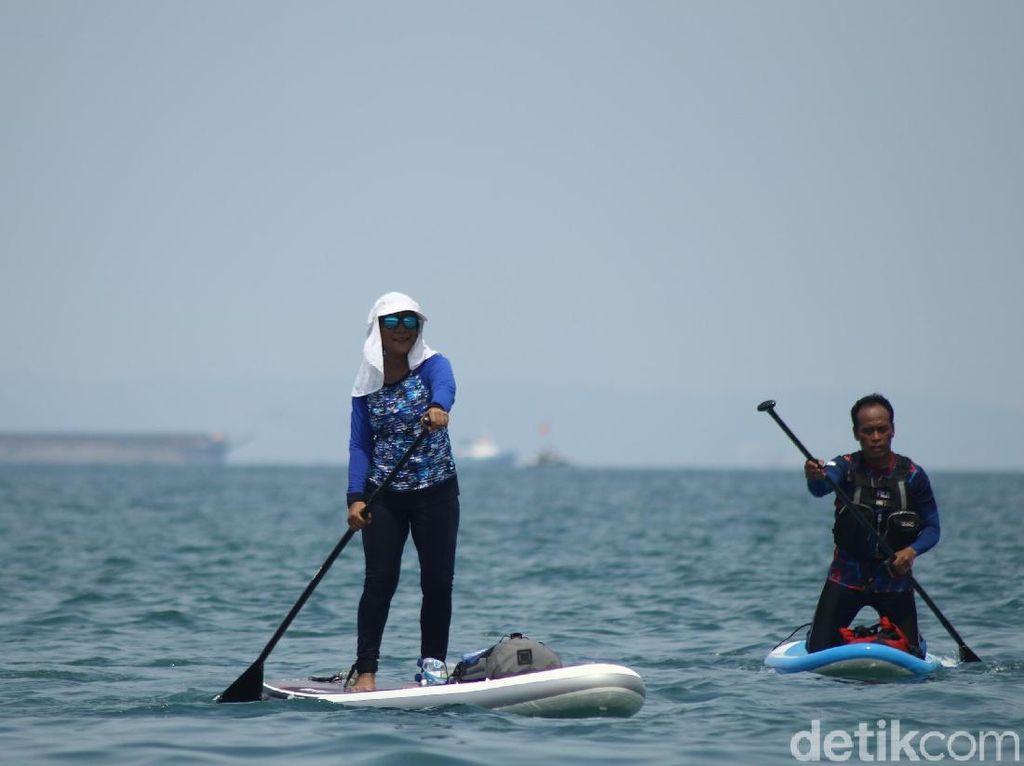 Aksi Susi Pudjiastuti Naik Paddle Board di Selat Sunda