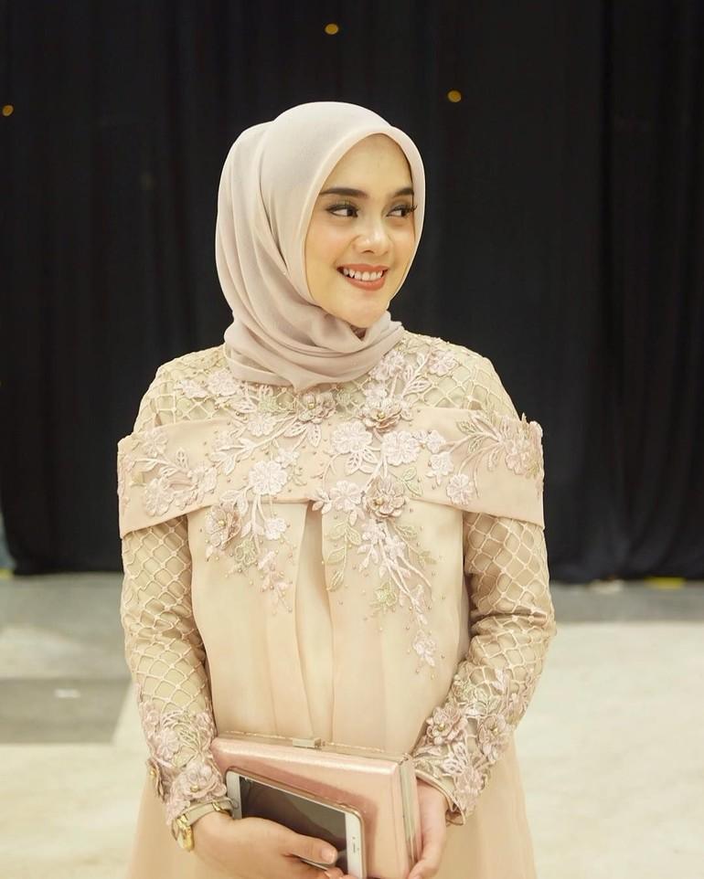 10 Inspirasi Gaya Busana Hijab Bridesmaid Untuk Ibu Hamil