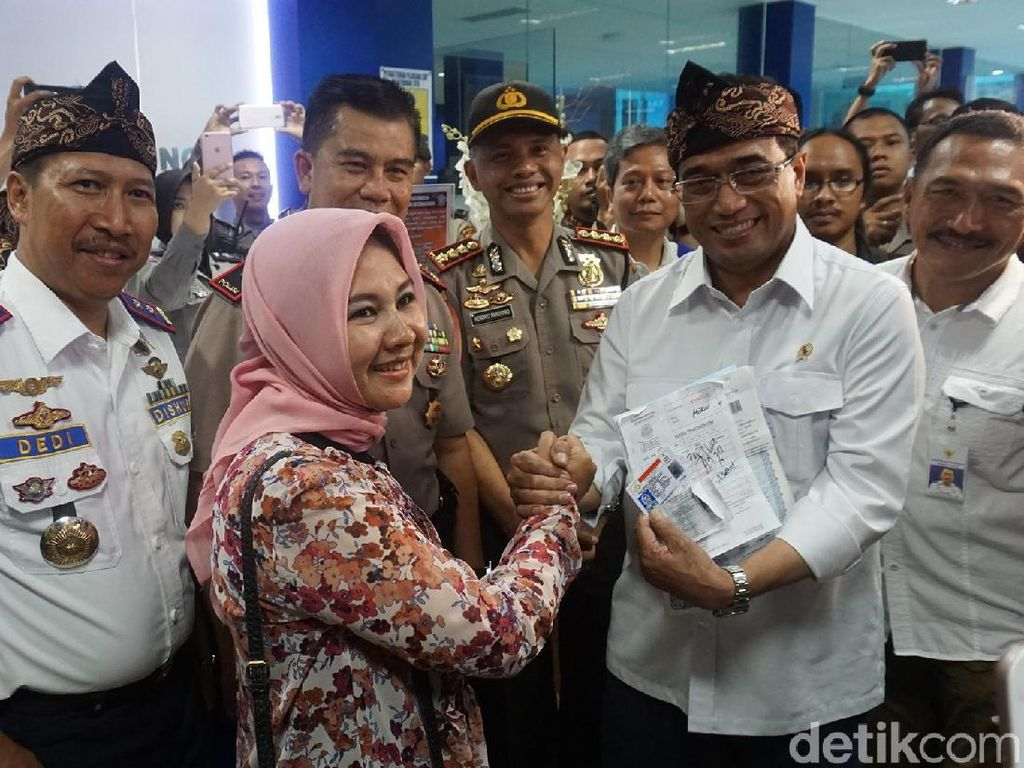 Menhub Bagikan SIM A Umum kepada Sopir Taksi Online di Bandung