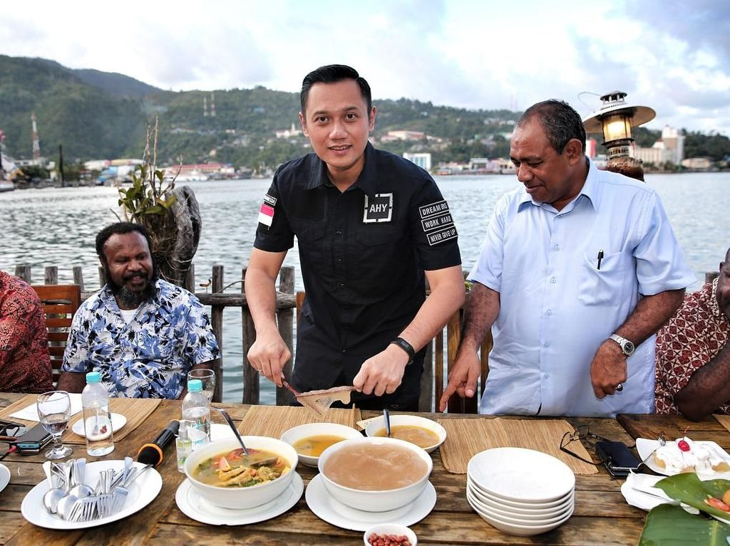 Begini Aksi Agus Yudhoyono Cicip Papeda hingga Burger Jumbo!