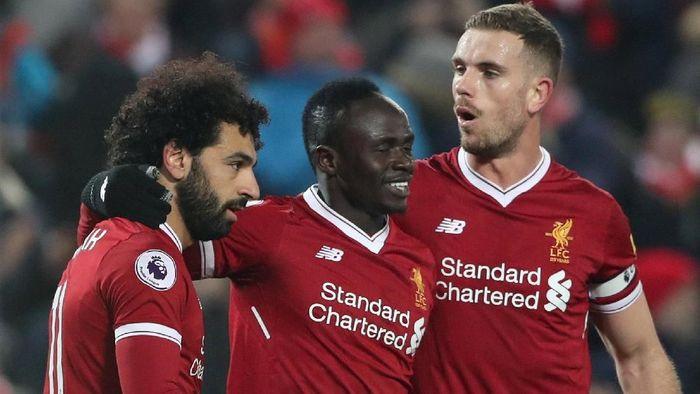 Kapten Liverpool, Jordan Henderson, bersama Mohamed Salah dan Sadio Mane. (Foto: Scott Heppell/Reuters)