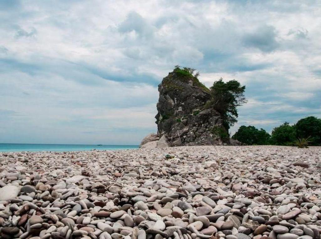 Ada Pantai Cantik Tanpa Pasir di Kupang