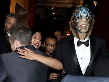 Sosok Amphibi, salah satu karakter di film The Shape of Water nampak dibawa beberapa kru. Matt Sayles/A.M.P.A.S via Getty Images.
