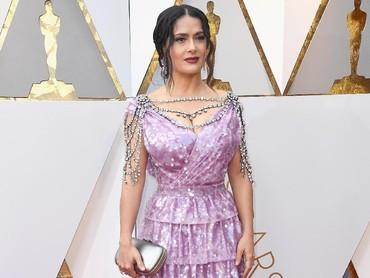 Aktris berusia 51 tahun itu terlihat menawan dengan dress berwarna ungu berbelahan rendah. Frazer Harrison/Getty Images.
